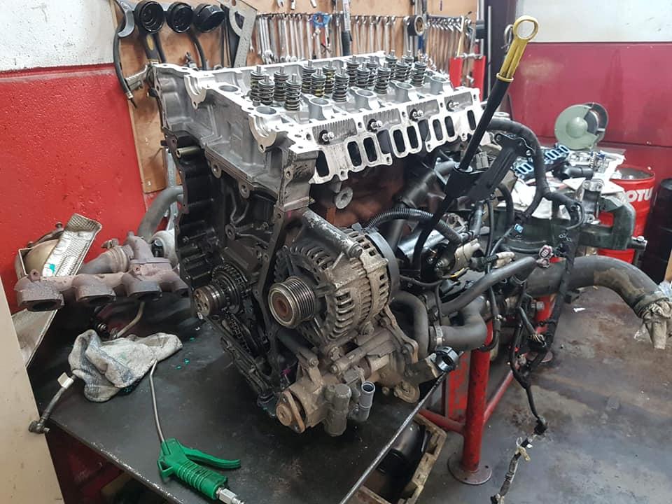 Réparation moteur puma 2.2 hdi peugeot boxer transport chevaux . Bravo alessio tu fais du bon boulot !